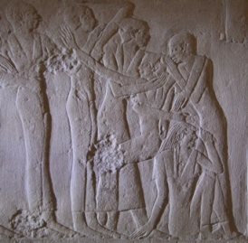 Group of mourners, one of them making the nwn m gesture of pulling her frontal lock of hair. Relief from the mastaba of Mereruka in Saqqara. VI Dynasty. Photo: Mª Rosa Valdesogo Martín.