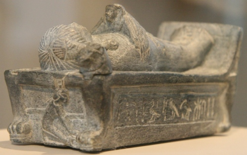 Isis as a kite is over the body of the dead. Statuette of prince Tutmosis, son of Amenhotep III. XVIII Dynasty. Altes Musuem (Berlin). Photo: Mª Rosa Valdesogo Martín.