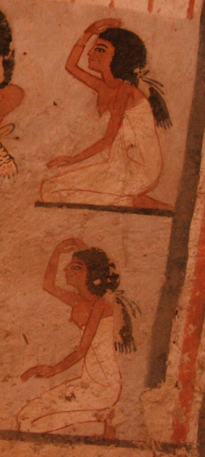 Mourners with hair tied in a back tail. Painting from the tomb of Roy in Dra Abu el-Naga. XIX Dynasty. Photo: Mª Rosa Valdesogo Martín.