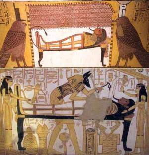 Two different ways of representing Isis and Nephtys assisting the deceased: as the two kites (tomb of Sennedjem) and as women (tomb of Nakhtamon). XIX Dynasty. Photos: www.osirisnet.net