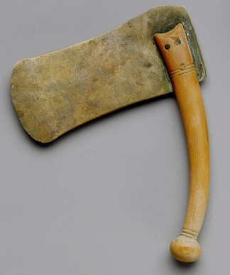 Razor made of bronze and wood, coming from the tomb of Hatnofer and Ramose in Gourna. XVIII Dynasty. The Metropiltan Museum oj Art of New York. Photo: www.metmuseum.org