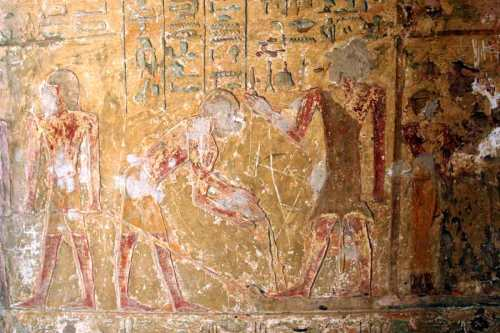 On the right the mourner with short hair is wrapping someone. Scene from the tomb of Renni in el-Kab. XVIII Dynasty. Photo: www.osirisnet.net
