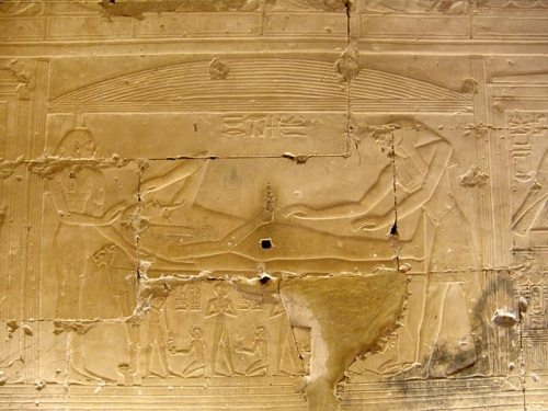 Osiris (father) coming back to life and helped by Isis (his wife) and Horus (his son). Relief from the temple of Seti I in Abydos. XIX Dynasty. Photo: www.egypte-antique.fr)