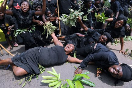 African women mourning. Photo: www.africanhistory-histoireafricaine.com